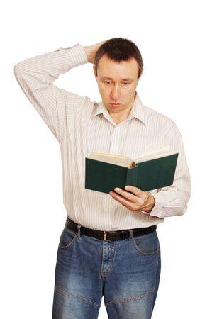 asombro: Hombre con asombro se ve en el libro y ara�azos a la nuca