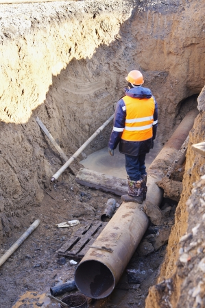 Builder paves new pipes 免版税图像