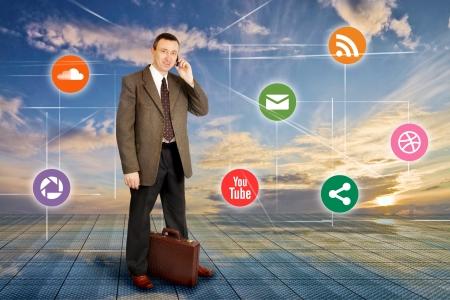 la société: L'homme est en communication dans l'Internet
