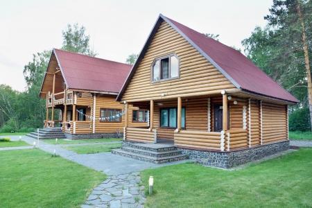 Zwei hölzerne Blockhäuser