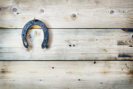 herradura: Herradura antiguo oxidado colgando de un fondo de madera. F�cil efecto HDR Foto de archivo