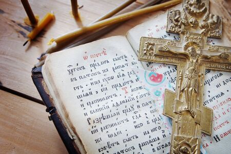 Christian still life with ancient book and old metal cross 免版税图像