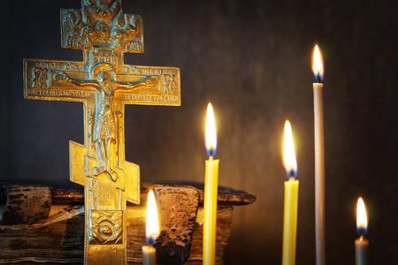 正統派キリスト教古代金属はりつけと静物燃焼キャンドル