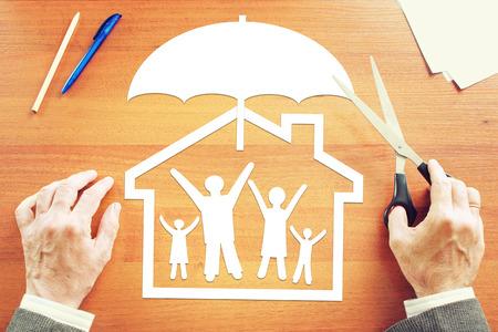 convivencia familiar: Concepto de seguro de vida y la propiedad. Imagen conceptual abstracta Foto de archivo
