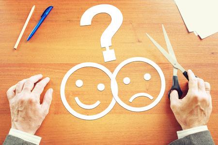 the emotions: El hombre hace la elecci�n entre las emociones negativas y positivas. Imagen conceptual abstracta