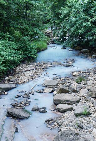 hidr�geno: Agua blanca con sulfuro de hidr�geno en el r�o Agura cerca de la ciudad de Sochi en Rusia