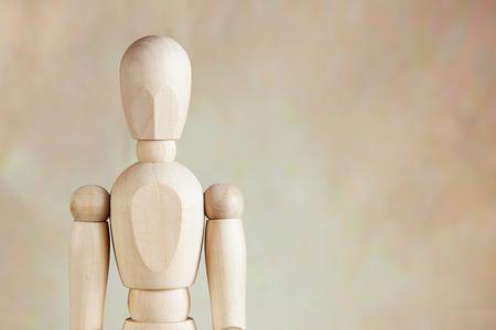 marioneta de madera: marioneta de madera contra el fondo marrón