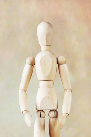 marioneta de madera: modelo de mu�eco de madera sobre fondo marr�n