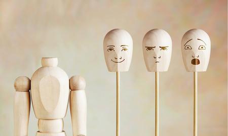 marioneta de madera: Vaus emociones humanas y el estado de ánimo. Imagen abstracta con una marioneta de madera