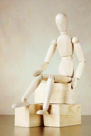 marioneta de madera: marioneta de madera que se sienta en los bloques