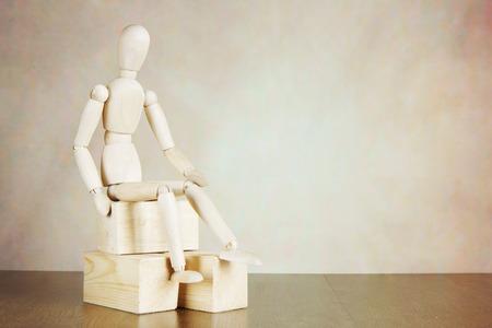 marioneta de madera: marioneta de madera que se sienta en los bloques de madera
