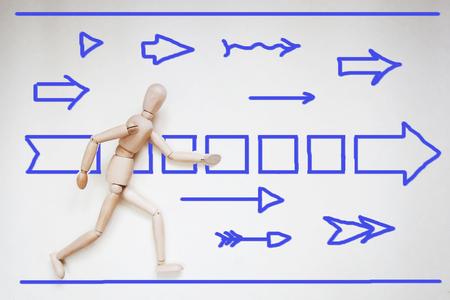 marioneta de madera: Hombre corriendo por delante. Imagen abstracta con una marioneta de madera Foto de archivo