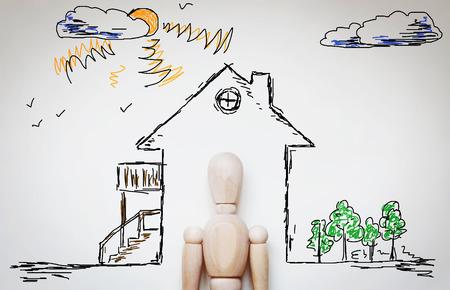 marioneta de madera: El hombre soñando con hogar acogedor. Imagen abstracta con una marioneta de madera
