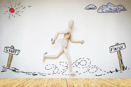 marioneta de madera: Hombre que se ejecuta de principio a fin. Imagen abstracta con una marioneta de madera