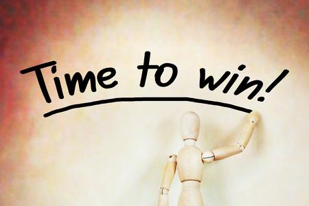 marioneta de madera: Hombre escribe para ganar tiempo. Imagen abstracta con una marioneta de madera