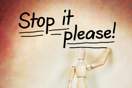 marioneta de madera: Hombre escribe Basta por favor. Imagen abstracta con una marioneta de madera