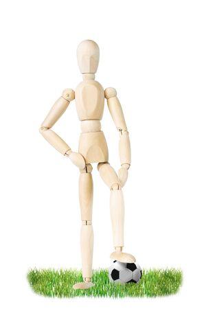 marioneta de madera: jugador de fútbol aislado sobre fondo blanco. Imagen abstracta con una marioneta de madera