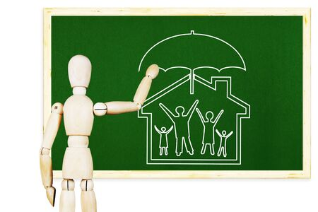 valores morales: El hombre dibuja el s�mbolo de los valores familiares y morales tradicionales en la pizarra verde. Imagen abstracta con una marioneta de madera