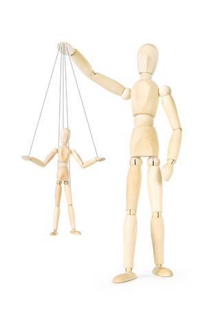 marioneta de madera: El hombre sostiene en sus manos la marioneta de hilos. Imagen abstracta con una marioneta de madera