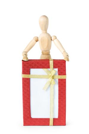 marioneta de madera: El hombre y la caja de regalo grande. Imagen abstracta con una marioneta de madera Foto de archivo
