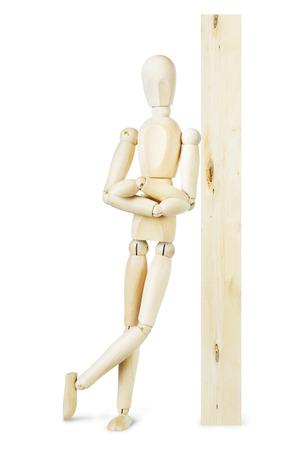 marioneta de madera: El hombre se apoyó en un poste de madera. Imagen abstracta con una marioneta de madera