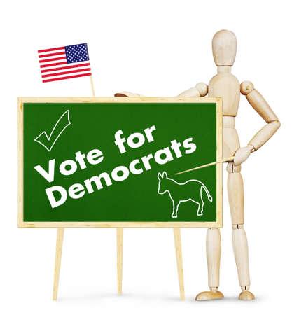 marioneta de madera: Agitador anima a votar por los demócratas en las elecciones estadounidenses. Imagen abstracta con una marioneta de madera