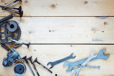 Fondo de madera con varias piezas de repuesto de automóviles