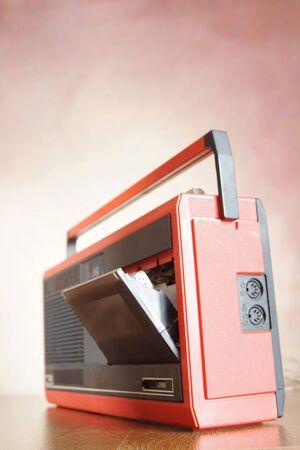 grabadora: grabadora de cinta de cassette antigua sobre una superficie de madera Foto de archivo