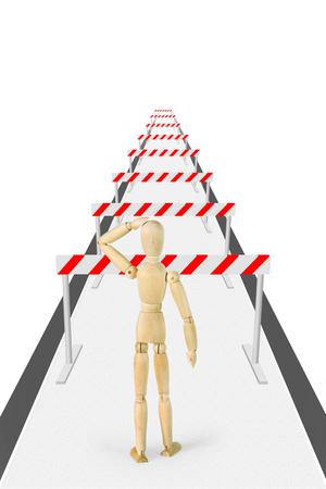 marioneta de madera: El hombre se coloca en el camino con una gran cantidad de barreras. Imagen abstracta con una marioneta de madera Foto de archivo