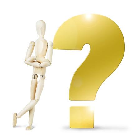 point d interrogation: L'homme se pencha contre un énorme point d'interrogation d'or. Abstract image avec une marionnette en bois Banque d'images