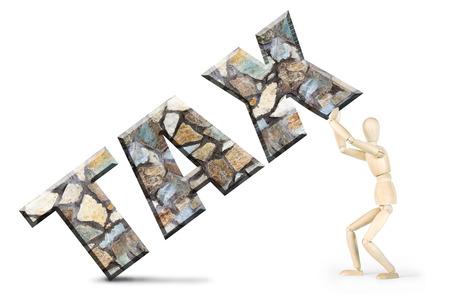 marioneta de madera: Hombre bajo el peso de los impuestos. Imagen conceptual con un mu�eco de madera