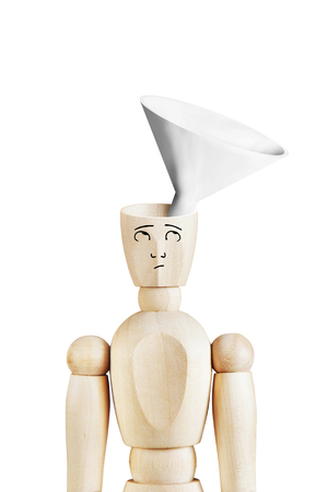 marioneta de madera: Hombre con un embudo en la cabeza vac�a. Imagen abstracta con una marioneta de madera