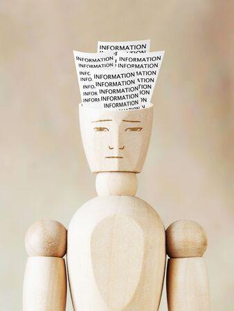 marioneta de madera: diversa informaci�n mucho en la cabeza humana. Imagen abstracta con una marioneta de madera