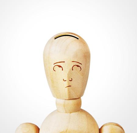 marioneta de madera: Hombre con la cabeza como una caja de dinero. Imagen abstracta con una marioneta de madera Foto de archivo