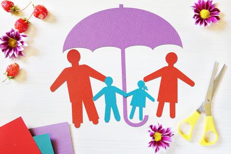 Concepto de familia tradicional feliz en la seguridad. imagen conceptual abstracto con trozos de papel Foto de archivo - 59396140