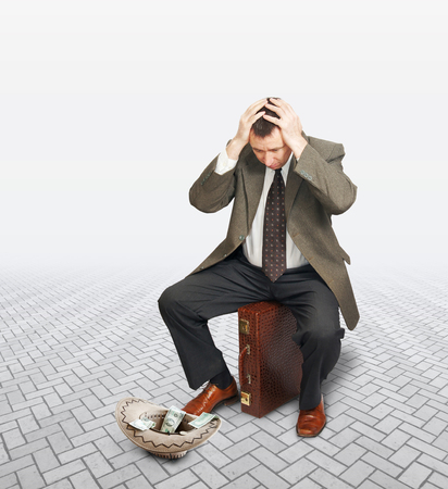 limosna: Hombre de negocios desesperado pidiendo limosnas. Concepto de quiebra