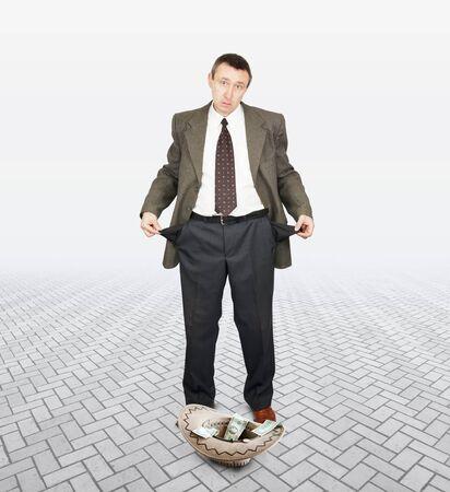 limosna: Frustrados empresario pidiendo limosna. Concepto de quiebra