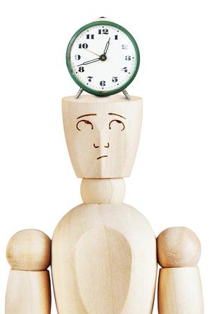 llegar tarde: Alarma en la cabeza humana. La presión del tiempo. Imagen abstracta con una marioneta de madera