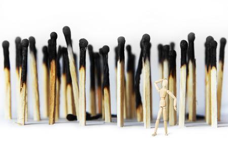 marioneta de madera: El hombre siente dolor debido a problemas ecológicos. Imagen abstracta con una marioneta de madera