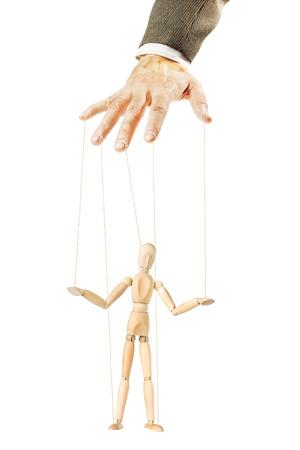 A una persona controla a la otra como una marioneta. Concepto de la manipulación y la dependencia