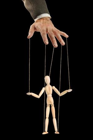 Eén persoon beheert de ander als een marionet. Concept van manipulatie en afhankelijkheid