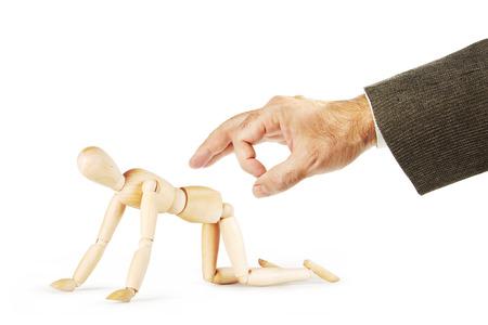marioneta de madera: El hombre quiere golpear a otro con el culo con el dedo índice. Imagen abstracta con una marioneta de madera