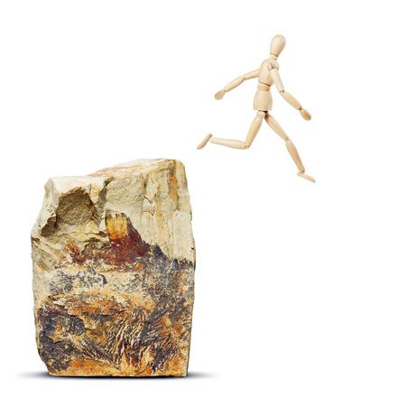 marioneta de madera: El hombre que salta de la roca. Imagen abstracta con una marioneta de madera Foto de archivo