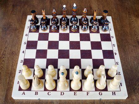 tablero de ajedrez: piezas de ajedrez de madera se colocan en el tablero de ajedrez