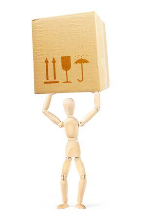marioneta de madera: El hombre tiene una gran caja de cartón sobre su cabeza. Imagen abstracta con una marioneta de madera