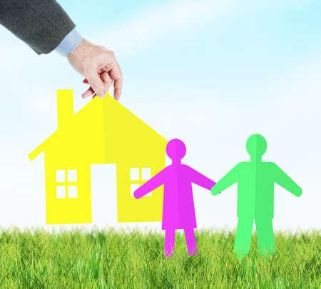 Concetto di fornitura di alloggi per una giovane famiglia. Scrapbooking colorato contro il cielo blu
