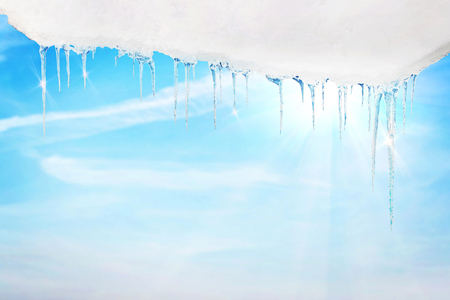 Icicles in spring against bright blue sunny sky Stockfoto
