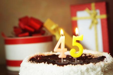 45 세 생일. 불타는 촛불과 선물 케이크