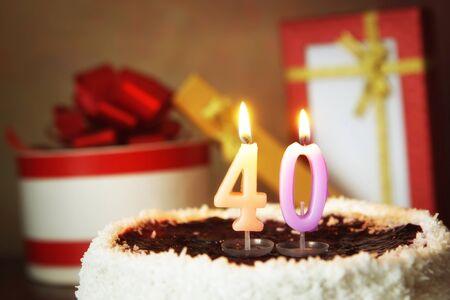 40 년의 생일. 불타는 촛불과 선물 케이크