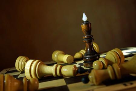 Schaken koning won alle vijanden. Totale overwinning. Concept met houten schaakstukken